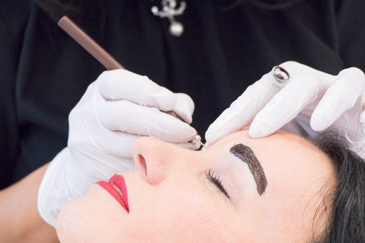 La tecnica del microblading per tatuare con delle lame le sopracciglia